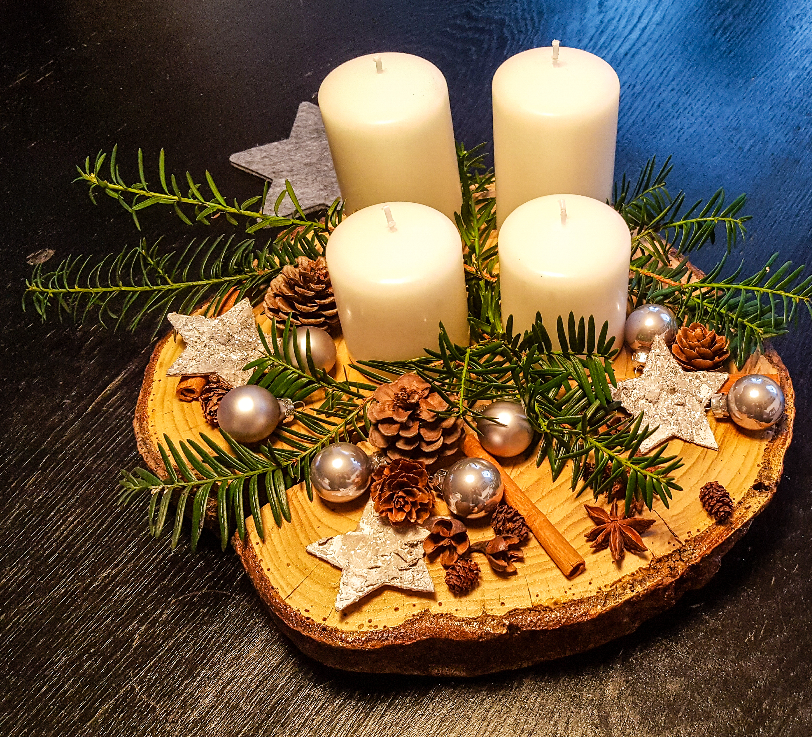 diy adventskranz auf einer baumscheibe mum and cherry. Black Bedroom Furniture Sets. Home Design Ideas